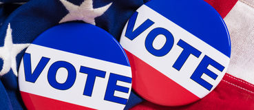 Botones del voto en un fondo de la bandera americana Fotografía de archivo libre de regalías
