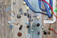 Botones dispersados del vintage y banda coloreada diversa Imagen de archivo libre de regalías