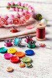 Botones e hilo brillantes Imagen de archivo libre de regalías
