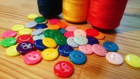 Botones e hilos de costura de la resina Imagenes de archivo