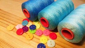 Botones e hilos de costura de la resina Imágenes de archivo libres de regalías