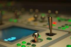 Botones en la consola de mezcla Fotos de archivo
