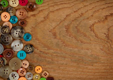 Botones en un fondo de madera Fotos de archivo libres de regalías