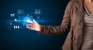 Botones futuros conmovedores jovenes de la tecnología del web de la mujer de negocios y imagen de archivo