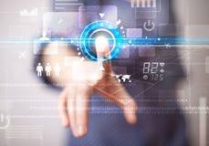 Botones futuros conmovedores jovenes de la tecnología del web de la mujer de negocios y