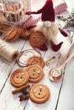 Botones grandes de las galletas tradicionales de la Navidad del pan de jengibre Fotografía de archivo libre de regalías