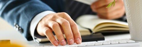 Botones masculinos de la tarjeta de crédito del control de los brazos que hacen transferencia Imágenes de archivo libres de regalías