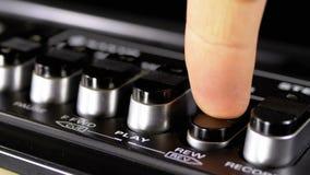 Botones que empujan en una grabadora, juego, parada, rec, FF, rew almacen de metraje de vídeo