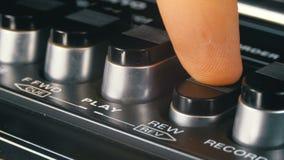 Botones que empujan en una grabadora, juego, parada, rec, FF, rew metrajes