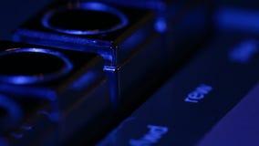Botones retros del jugador de música, finger que empuja el juego en el extremo