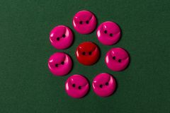 Botones rojos y rosados en verde imagenes de archivo
