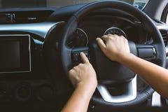 Botones teledirigidos en el volante Imagenes de archivo