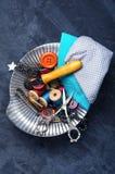 Botones, tijeras e hilo Fotografía de archivo libre de regalías