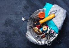 Botones, tijeras e hilo Foto de archivo libre de regalías