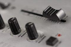 Botones y atenuador de un mezclador de DJ Fotos de archivo