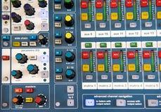 Botones y botones en mezclador audio estéreo Foto de archivo libre de regalías