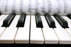 Botones y notas del piano Fotos de archivo libres de regalías