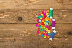 Botones y rollos de costura coloridos del hilo Fotos de archivo libres de regalías