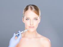 botox做法的年轻白肤金发的妇女 库存照片