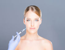 botox射入做法的年轻赤裸白肤金发的妇女 库存照片