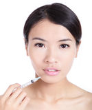 Γυναίκα που λαμβάνει μια έγχυση botox στο χείλι της Στοκ φωτογραφία με δικαίωμα ελεύθερης χρήσης