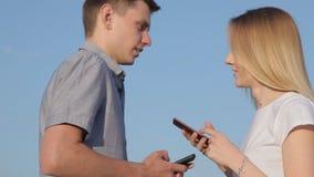Botsing van een kerel en een meisje stock video