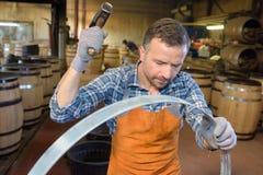 Bottaio con il martello alzato in aria Fotografia Stock