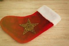 Botte de Noël à remplir de cadeaux en velours rouge images libres de droits