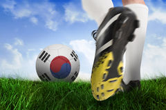 Botte du football donnant un coup de pied la boule de république de la Corée Images stock
