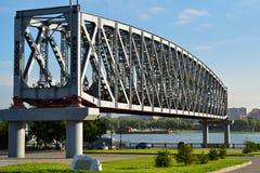 Botte du vieux pont à travers le fleuve Ob Photos stock