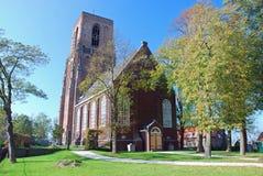 Botte recent-gotische kerktoren - oud Nederlands dorp stock afbeeldingen