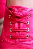 Botte rose occasionnelle de chaussure d'espadrille de plan rapproché sur des pieds Photo stock