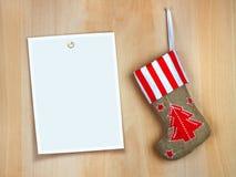 Botte rouge de Noël avec des cadeaux sur le mur en bois Photos stock