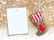 Botte rouge de Noël avec des cadeaux sur le mur en bois Image stock