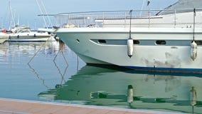Botte tranquille amarrée dans le port maritime méditerranéen de Cambrils, Espagne banque de vidéos