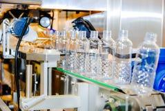 Bottelend water op de installatie Royalty-vrije Stock Fotografie