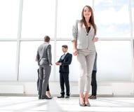 Botten beskådar ungt affärskvinnaanseende i en rymlig lobby fotografering för bildbyråer