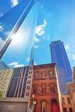 Botten-uppsikt på skyskrapor som avspeglas i exponeringsglas i Philadelphia Royaltyfri Bild