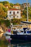 Bottes amarrées par l'île de Kastos photographie stock libre de droits