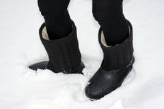 Bottes avec des couvre-chaussures sur la jambe - valenki photographie stock libre de droits