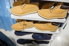 Bottes - beaucoup de bottes d'hiver sur l'étagère dans le magasin Photographie stock libre de droits