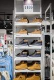 Bottes - beaucoup de bottes d'hiver sur l'étagère dans le magasin Images libres de droits