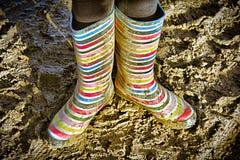 Bottes colorées de wellie/gomme/pluie dans la boue Images stock