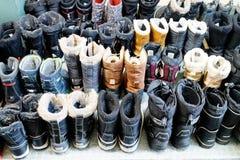 Bottes d'une manière ordonnée alignées d'hiver photographie stock libre de droits