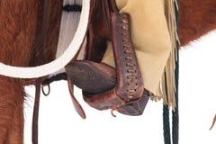Bottes de cowboy dans les étriers Photographie stock libre de droits