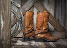 Bottes de cowboy sur un porche de mère patrie Photos libres de droits