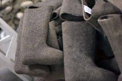 bottes de feutre dans la production, la montagne du produit fini Photo stock