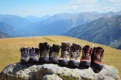 Bottes de montagne après une longue hausse dans les montagnes photo libre de droits