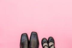 Bottes de papa de vue supérieure avec l'enfant de fille de fille sur le fond rose Image stock