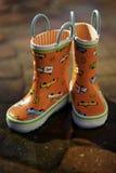 Bottes de pluie oranges - enfants Photo libre de droits